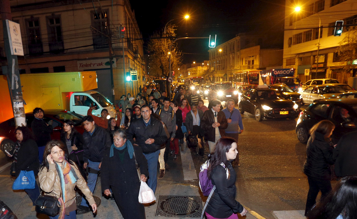 People walk to higher ground for safety, in Valparaiso city September 16, 2015, after a mass evacuation of the entire coastline during a tsunami alert after a magnitude 8.3 earthquake hit off the coast of Chile on Wednesday. REUTERS/Rodrigo Garrido
