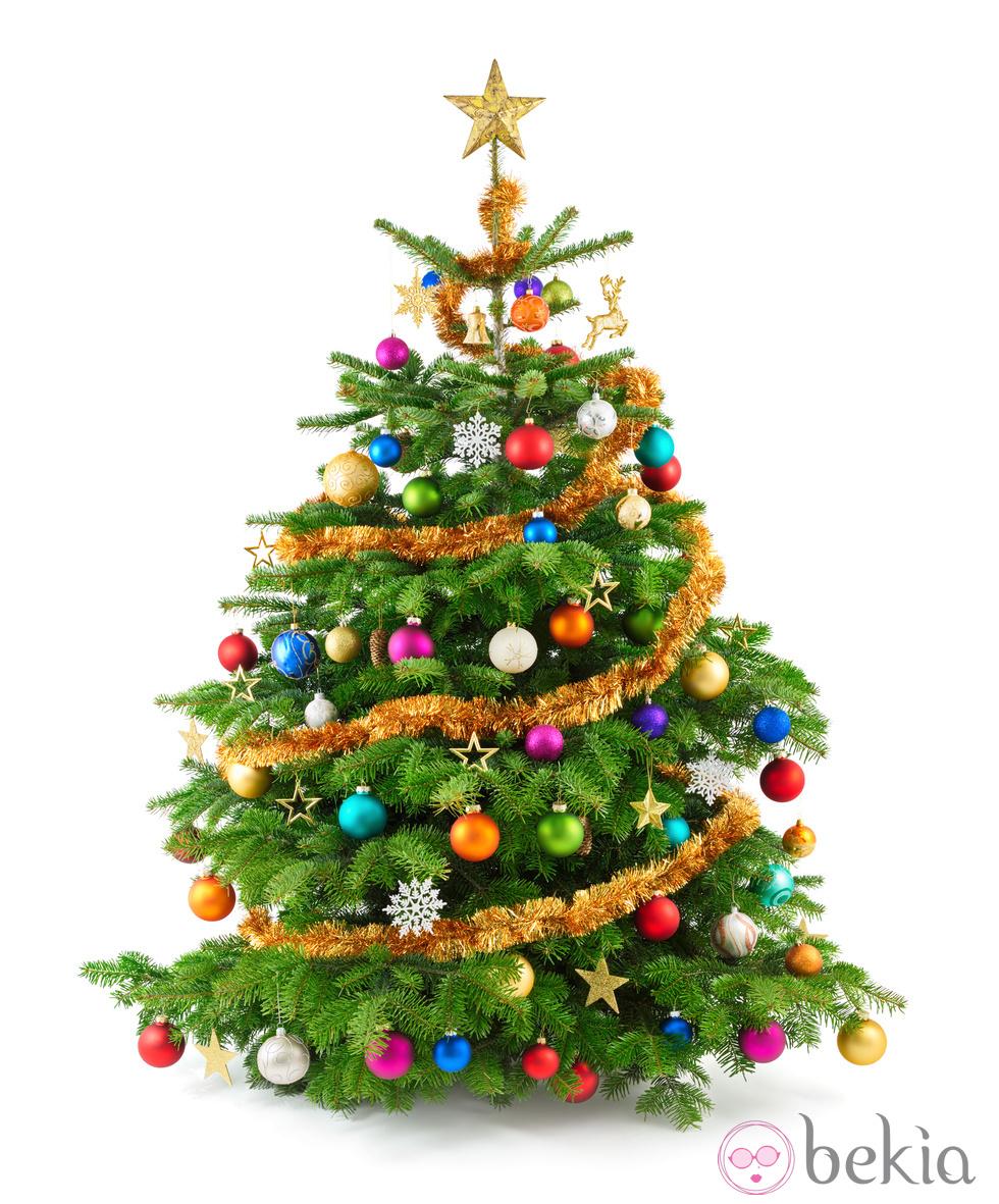 Studioaufnahme von bunt geschmücktem Weihnachtsbaum auf weiß
